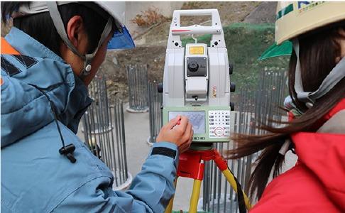 レーザースキャナー機能付きのトータルステーションによる3Dスキャニング(写真:カナツ技建工業)