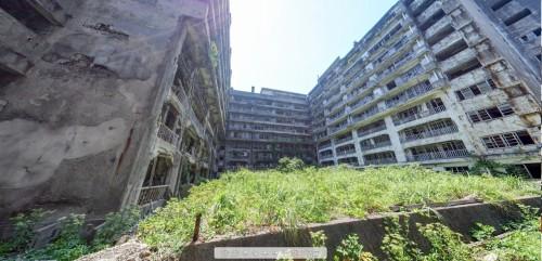アパートに挟まれた公園跡地のパノラマ写真