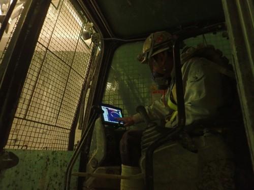 モニターであたり箇所を確認する重機オペレーター