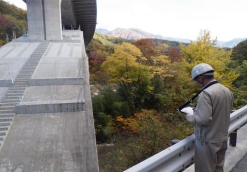 「Maplet SM」を使用した橋梁点検作業の様子。持ち物が少なくて楽そうです(以下の写真、資料:三井住友建設)