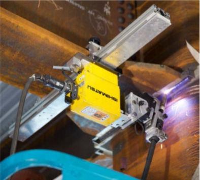 梁の下フランジを上向き溶接するロボット
