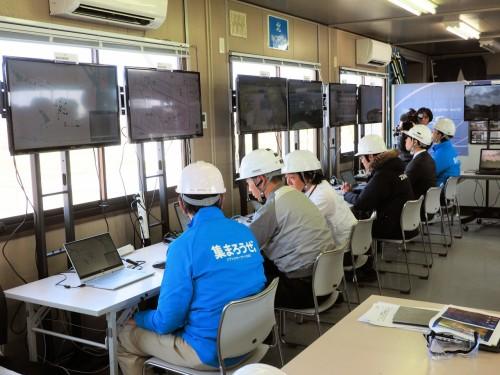 運航管理システムを監視するプロジェクト関係者