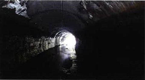 照明設備がない暗渠(きょ)の例。ライトを当てても、異常箇所を見つけるのはなかなか難しそうだ(以下の写真、資料:三井住友建設)