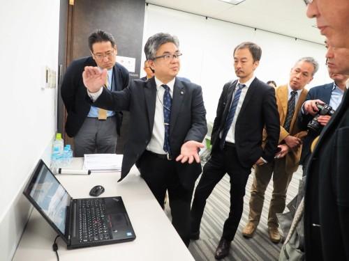 勉強会後に行われたBIMの体験コーナーには、多くの報道陣が集まった