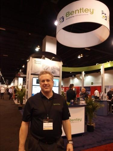 ベントレー・システムズ副社長時代のヒュー・ロバーツ氏。2013年6月に米国・デンバーで開催されたAIA全米大会のベントレー・システムズ社ブースで
