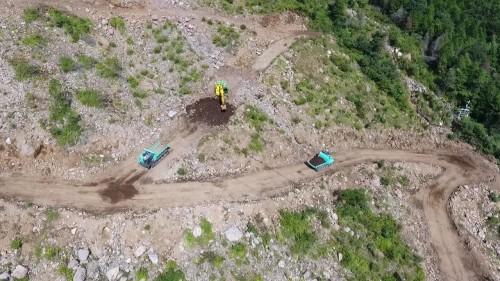 バックホー1台と運搬車2台によって土砂を積み込み、運搬する作業
