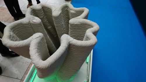 3Dプリンターで造形された桜の花びらがらせん状になったオブジェ