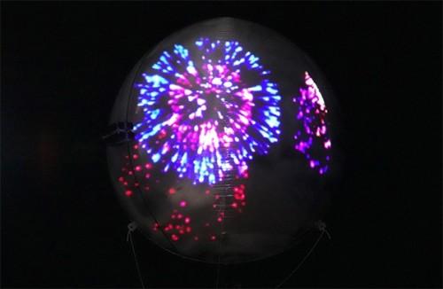 気球にプロジェクションマッピングを行った例