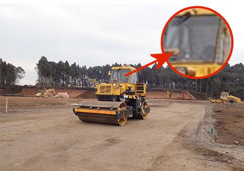 熊本県合志市内にある「新環境工場等敷地造成工事(1工区) 」の現場で施工中のICT振動ローラー。運転席には誰も乗っていない(以下の写真、資料:安藤ハザマ)