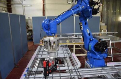 ロボットアームに市販の鉄筋結束機を取り付け、鉄筋の緊結を行っているところ