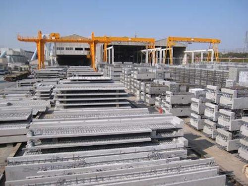 工場生産された部材が整然と並ぶPCa製造工場の例。(以下の写真、資料:三井住友建設)