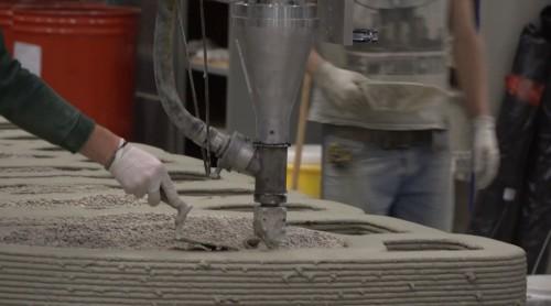 モルタル状の材料を吹き出すノズル。付着した余分な材料は手作業で丁寧に取り除く