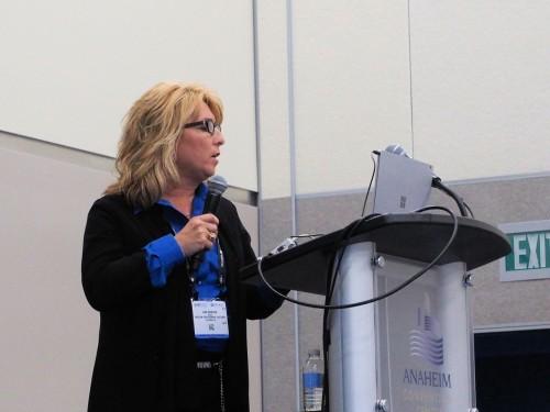 新製品発表のセミナーで講演するトプコンの建築市場ディレクター、リサ・ダンカン(Lisa Duncan)さん