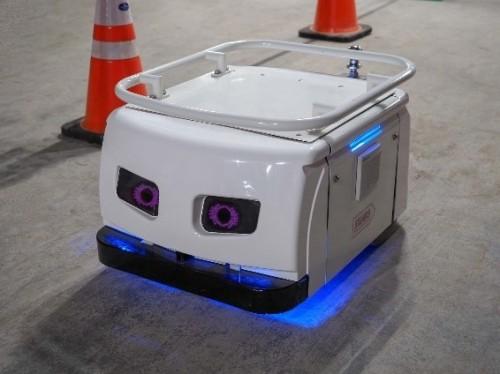 ステレオカメラやレーザーレンジファインダーなどを搭載し、前進・後進・旋回が行えるロボット
