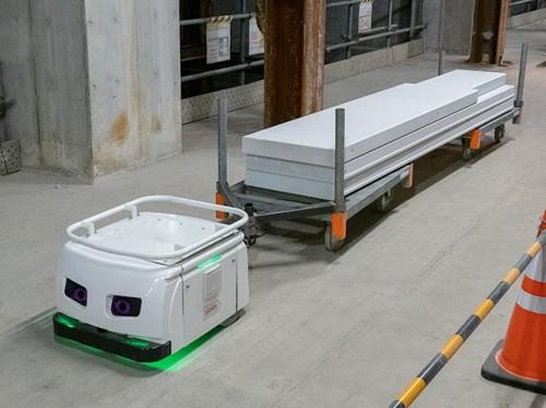 細長い貨車に資材を載せて、狭い通路もスムーズに走る搬送ロボット(以下の写真、資料:THK)
