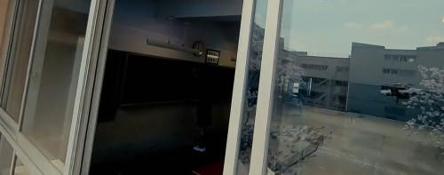 YouTubeで公開されている「オンナノコズ」のワンシーン。教室の窓から校舎に侵入(以下の画像:「オンナノコズ」より)