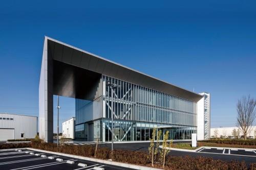 つくば未来センターの建物。建物の環境性能指標である「CASBEE」のSランクを取得している(以下の写真、資料:日本国土開発)