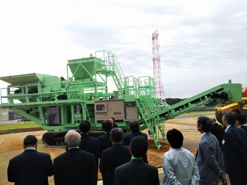 オープニングセレモニーでは、建設発生土をリサイクルする回転式破砕混合工法(ツイスター工法)のマシンも公開された
