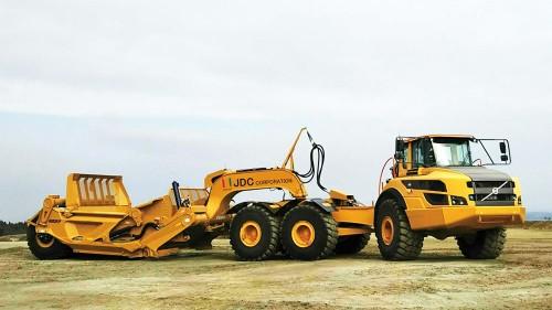 掘削から積み込み、運搬、敷きならしを1台でこなせるスクレーパー