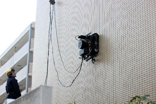 タイル壁面に吸い付いて昇降する壁面走行ロボット
