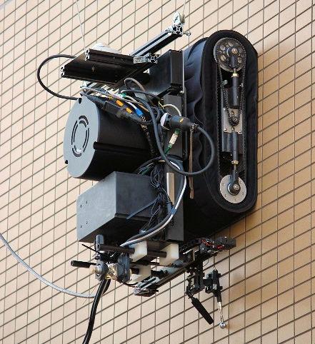 検査作業中の壁面走行ロボットの拡大写真