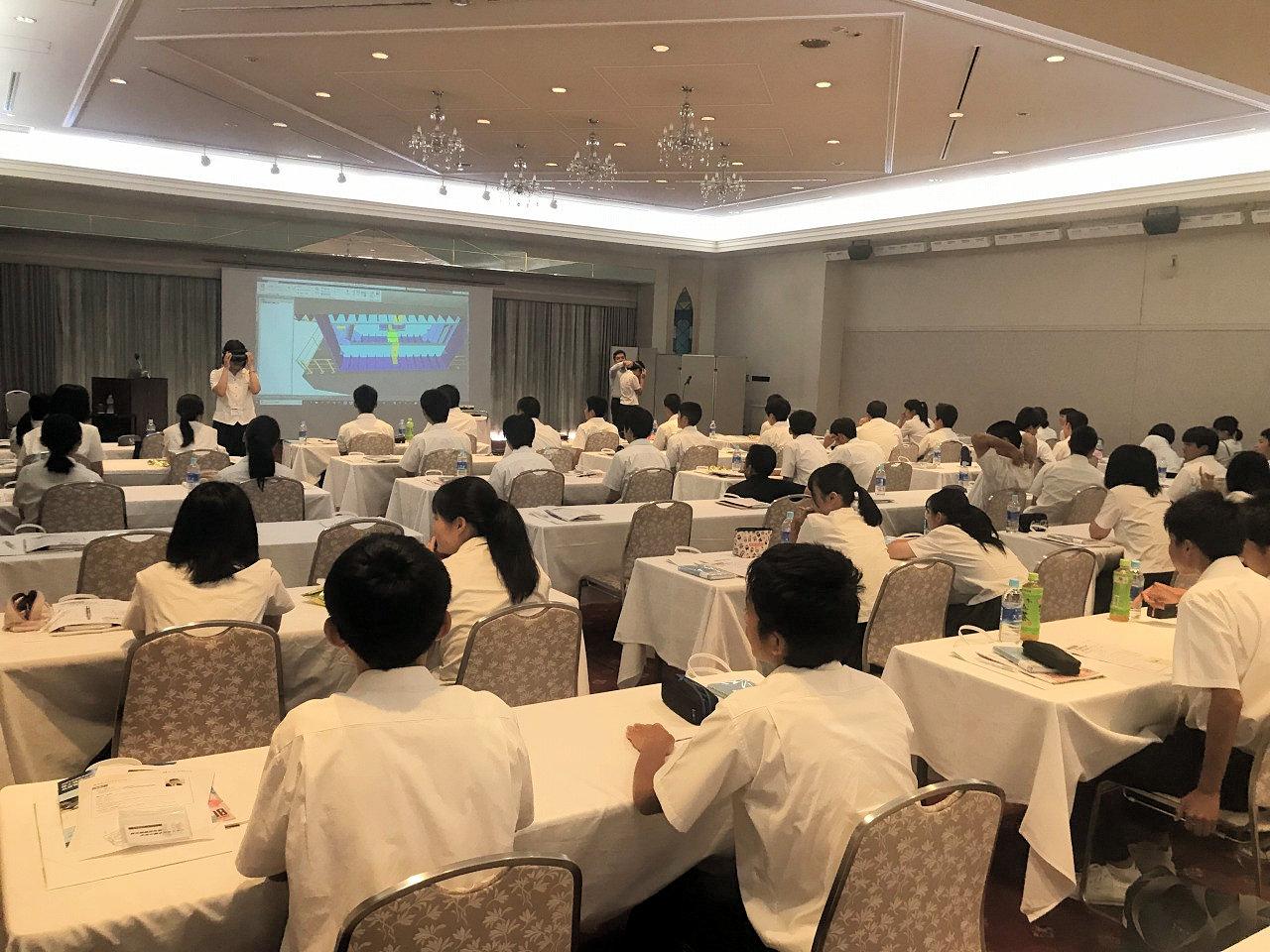 山口県周南市のあるホテルの一室で行われた課外授業(以下の写真:家入龍太)