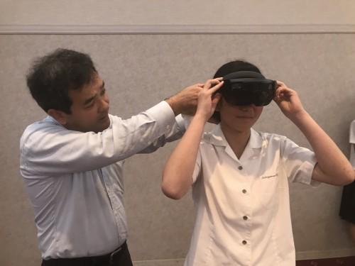 HoloLensを着けてもらう女子生徒