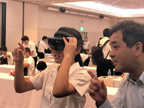 HoloLens独特のクリック操作をマスターする熱心な女子生徒