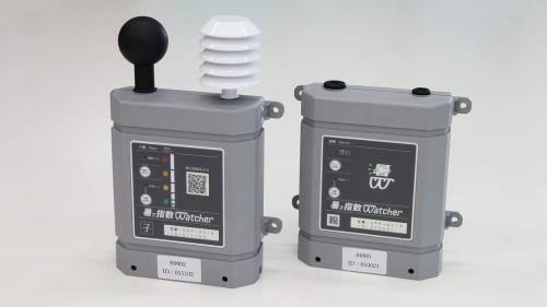 暑さ指数ウォッチャーの外観。左側は子機で放射熱を計測する黒球温度センサーや温湿度センサーが搭載されている。右側は親機で子機からのデータを集約し、クラウドに送信する(以下の写真、資料:大林組)