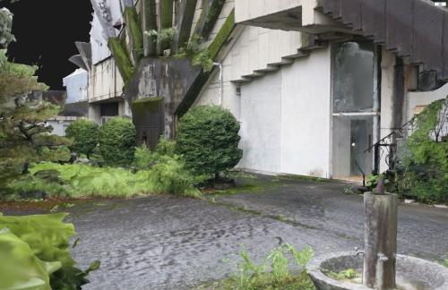 地面が水浸しなのは、大雨による避難警報が鳴る土砂降りの中で撮影したため