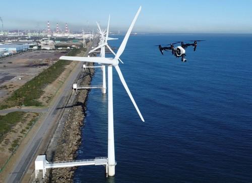 風力タービンを点検するドローン(以下の写真、資料:ストラトブルーテクノロジー)