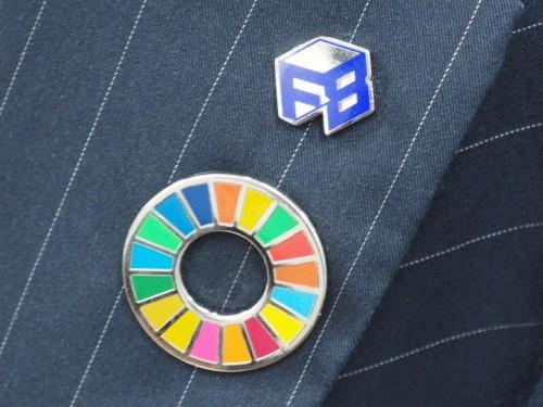 フォーラムエイト社員の胸に輝くSDGsバッジと社章(写真:家入龍太)