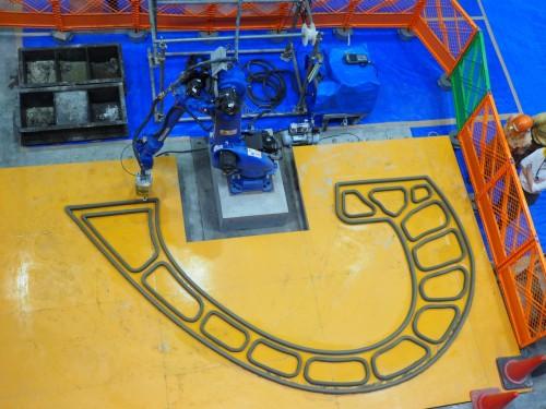 造形中の3Dプリンター。外枠と内枠をまず造形する(以下の写真:特記以外は家入龍太)