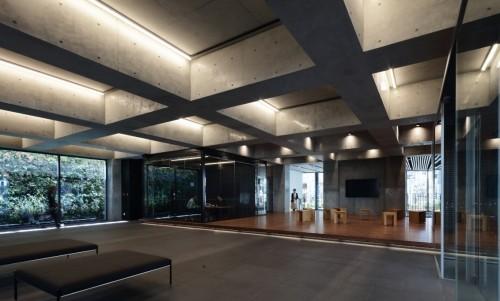 研修センターの天井に設けられた格子状の「ワッフルスラブ」