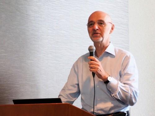 「ARCHICAD23」の新機能について発表するグラフィソフトジャパン代表取締役社長のベンツェ・コバーチ氏(写真:家入龍太)