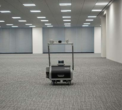部屋の中を無人で動き回るロボット