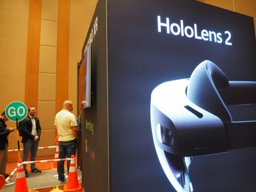 HoloLens2と書かれた黒いブース