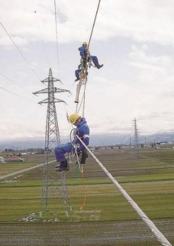従来の送電線点検作業の様子(以下の写真、資料:東北電力、NEC)