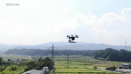送電線を自動追尾しながら飛行するドローン。2019年7月~8月に福島県内で行った実証実験の様子