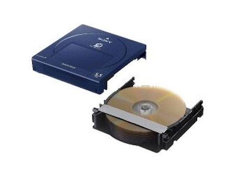 カートリッジの中身。1枚500GBの業務用次世代光ディスク「アーカイバル・ディスク」を11枚収納している