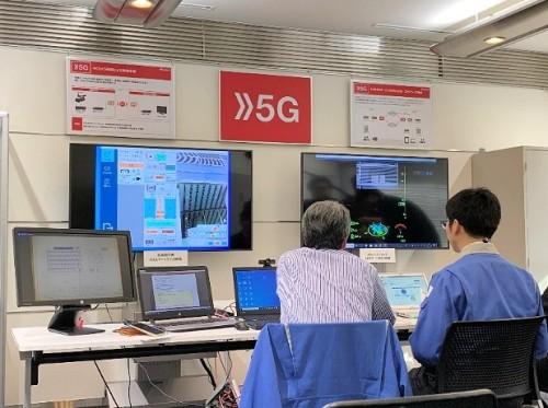 管制センターにいる点検熟練者は、遠隔地から送られてくるリアルタイムの映像を見ながら、ビルの点検作業に指示を出す