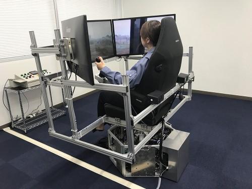 傾きや振動をリアルに再現する3軸モーションプレートが付いた遠隔操縦装置