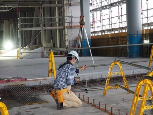 BIMモデルと連携した1人測量の例。矢作建設工業の建築現場で