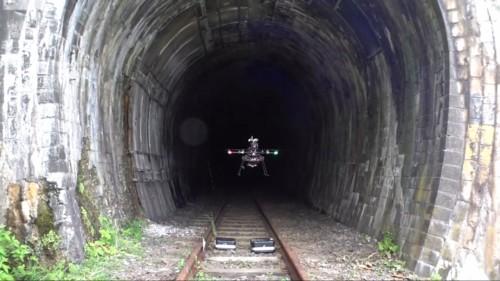 廃線となった阿分トンネルの坑口を離陸するドローン