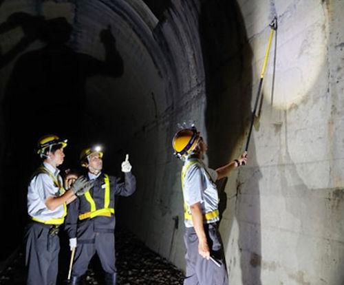 従来の徒歩と目視によるトンネル壁面の点検作業(以下の写真:ゼンリンデータコム)