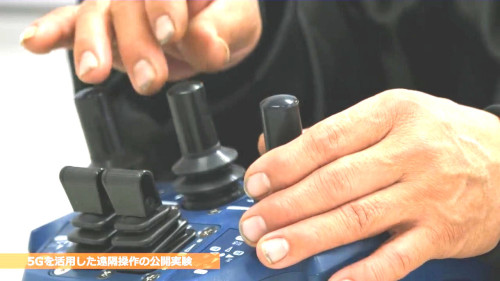 従来の遠隔操作はジョイスティックなど手による操作だった。音声制御によって1人でも2台の建機を同時に操作できるようになった