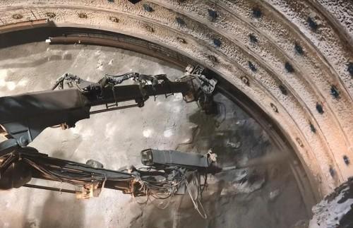 鋼製支保工をエレクターで保持しながら吹き付けコンクリートを同時に施工