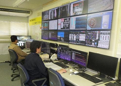 ずらりと並んだモニターを見ながらシールドマシンの掘進を管理する技術者(以下の写真、資料:鹿島)