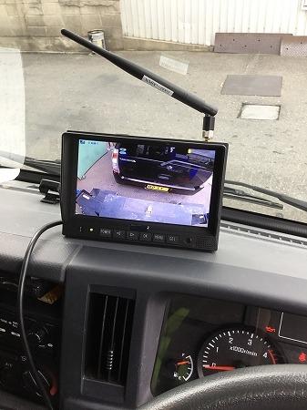 運転席に取り付けたモニター。電源はシガーライターから(以下の写真、資料:TCI)