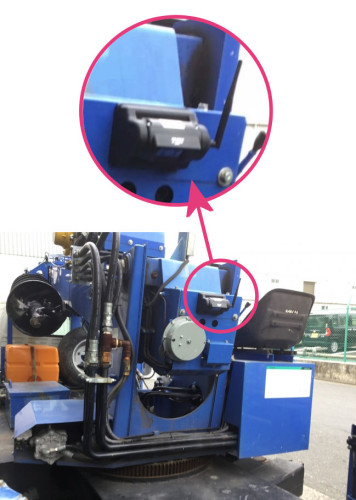 重機後部に取り付けたワイヤレスカメラ。強力マグネットで鉄の部分ならどこでも取り付けられる